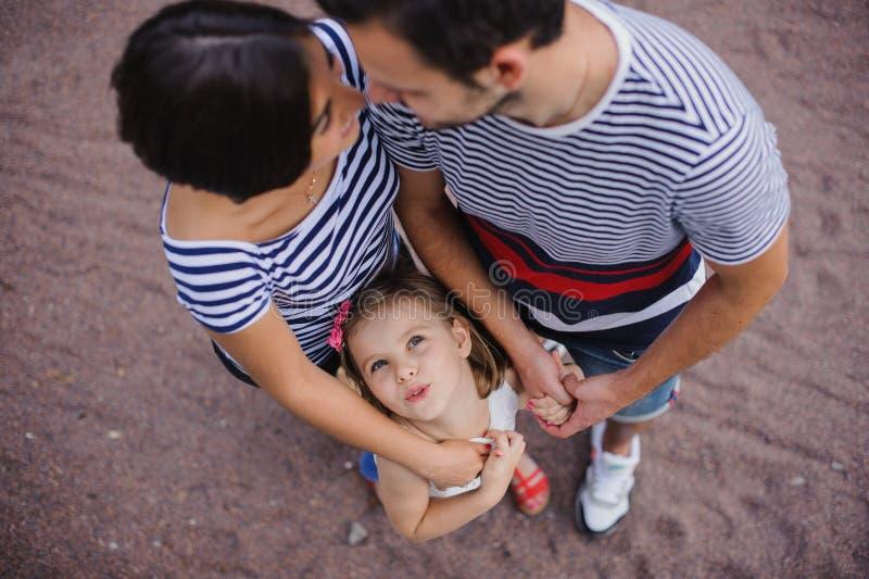 Föräldrar med barnställningen som har sammanfogat händer royaltyfria foton