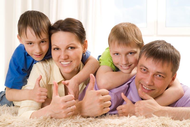 Föräldrar med deras två barn arkivbild