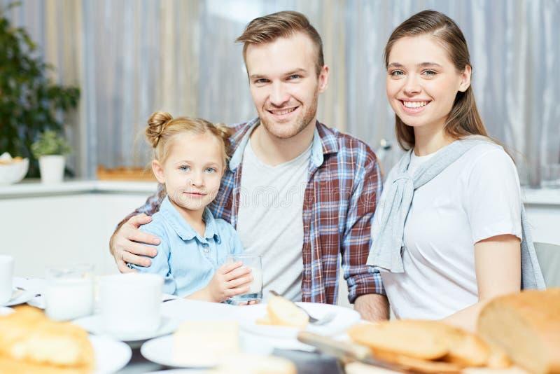 Föräldrar med dottern arkivfoto