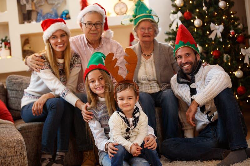 Föräldrar med morföräldrar och barn tillsammans för jul royaltyfri fotografi