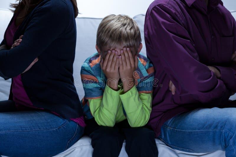 Föräldrar med problem och barn royaltyfri fotografi