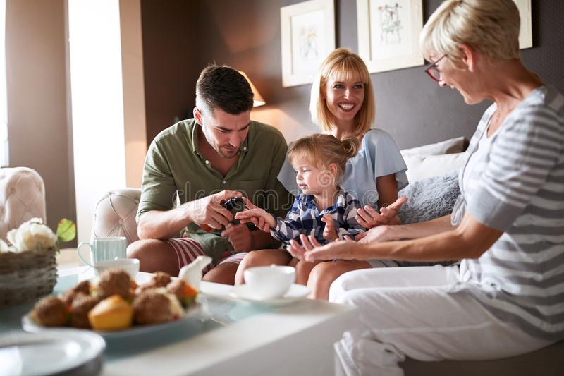 Föräldrar med ungen som besöker farmodern royaltyfri fotografi
