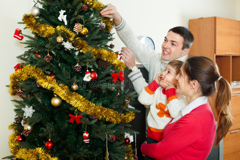 Föräldrar och barn som förbereder sig för jul arkivfoto