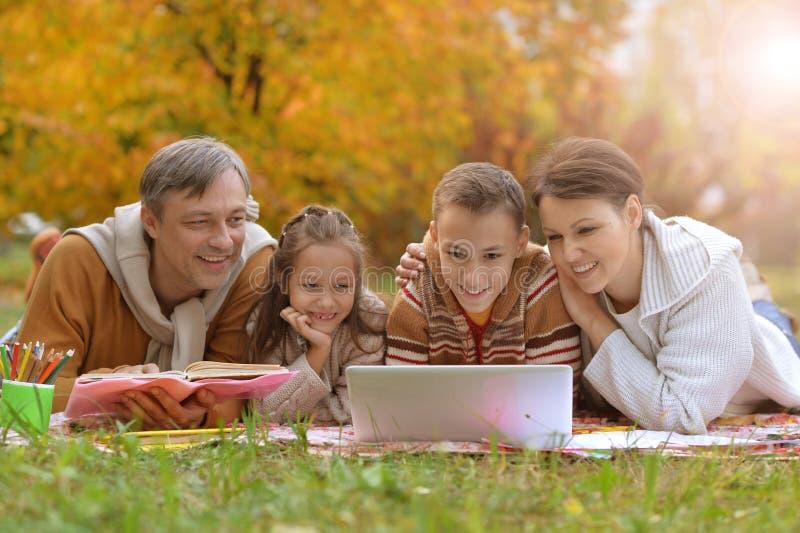 Föräldrar och barn som gör läxa royaltyfria foton