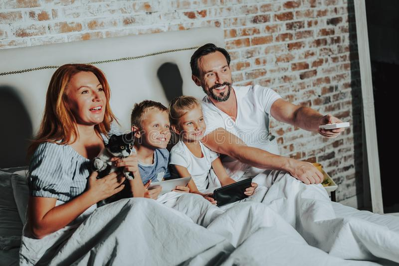 Föräldrar och barn tycker om tid tillsammans fotografering för bildbyråer