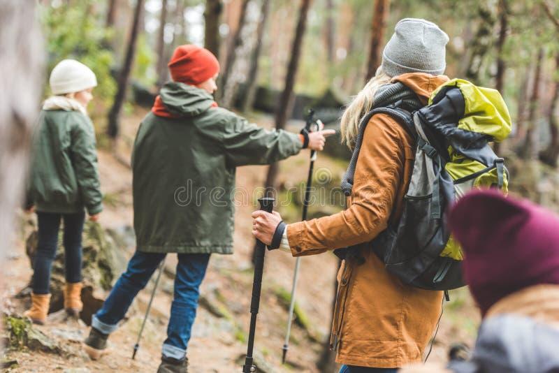 Föräldrar och ungar som trekking i skog royaltyfri bild