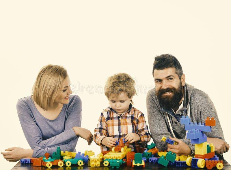 Föräldrar och unge i lekrum Dagis- och familjbegrepp royaltyfri fotografi