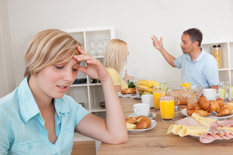 Föräldrar Som Argumenterar I Kök Arkivbild