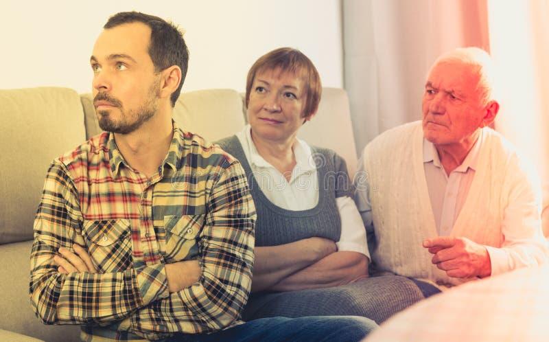Föräldrar som argumenterar med sonen arkivfoto