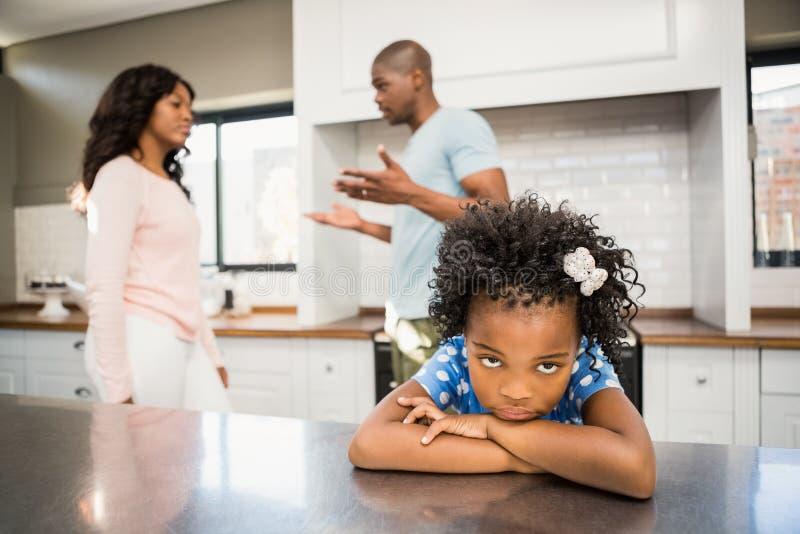 Föräldrar som framme argumenterar av dotter royaltyfria foton