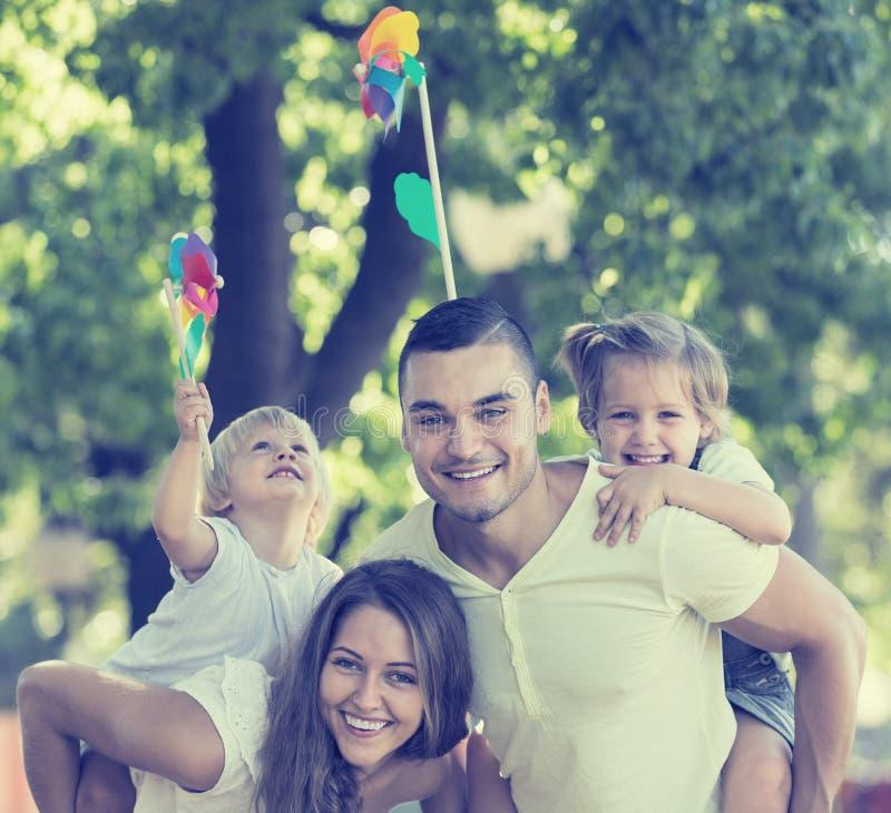 Föräldrar som går med barn fotografering för bildbyråer