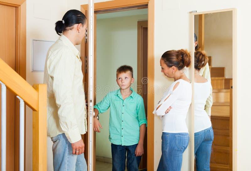 Föräldrar som möter, grälar på av tonårs- son royaltyfria bilder