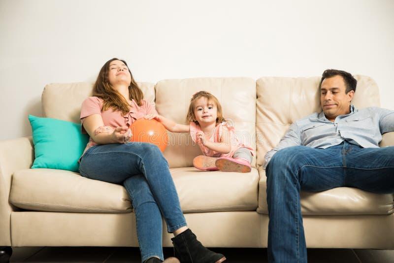 Föräldrar som tröttas av att spela med deras barn royaltyfria foton