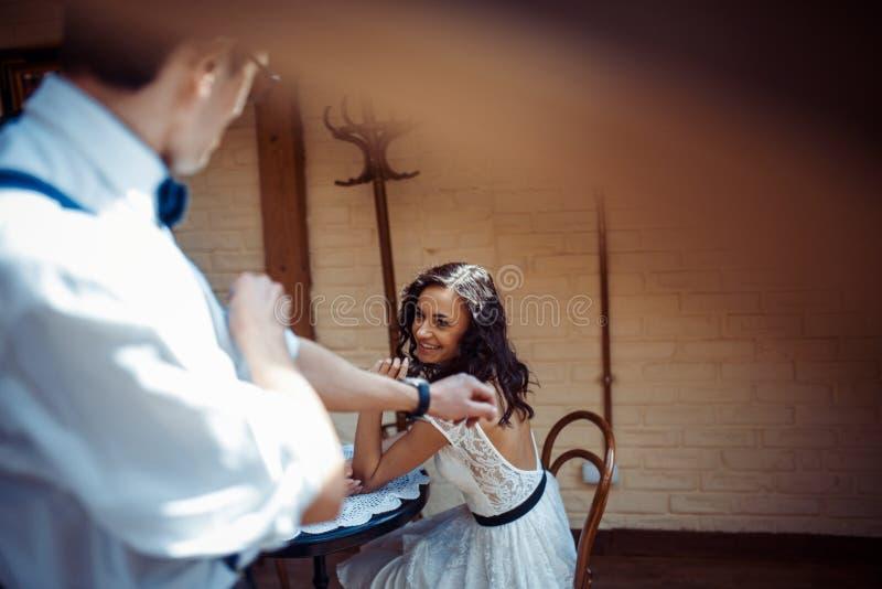Förälskad bindning för romantiska par i kafé fotografering för bildbyråer