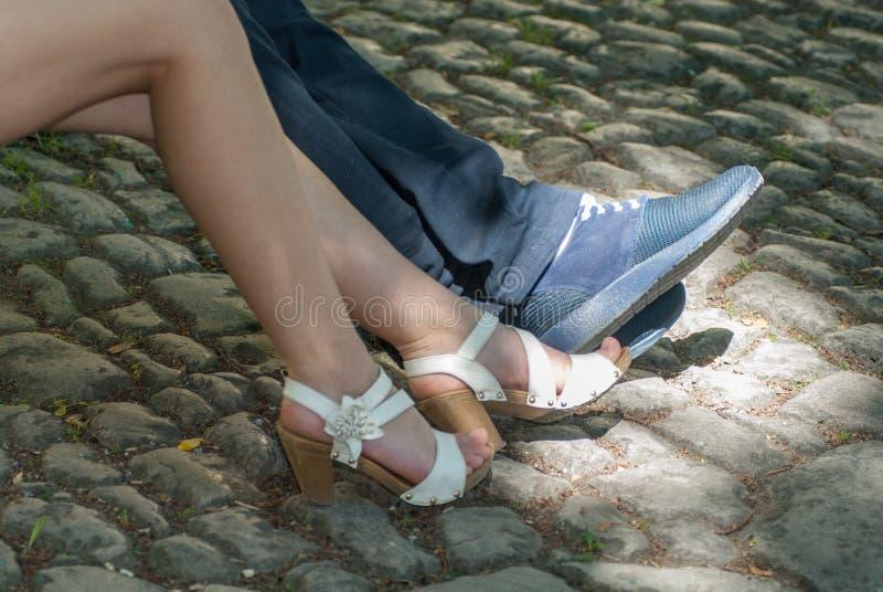 Förälskad fot för man- och kvinnligpar på kullersten fotografering för bildbyråer
