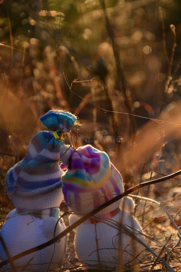 Förälskad gullig snögubbe två söka efter snön arkivbild