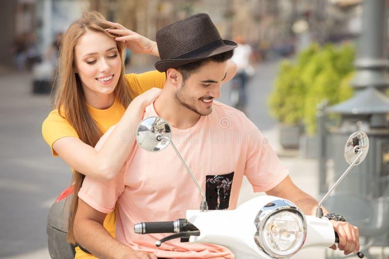 Förälskad ridning för par på en sparkcykel arkivbild
