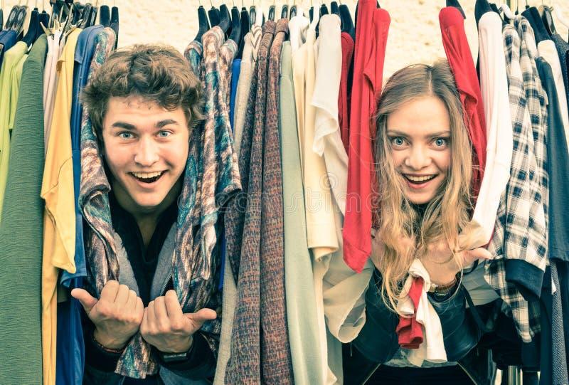 Förälskad shopping för unga hipsterpar och hagyckel på marknaden arkivfoton