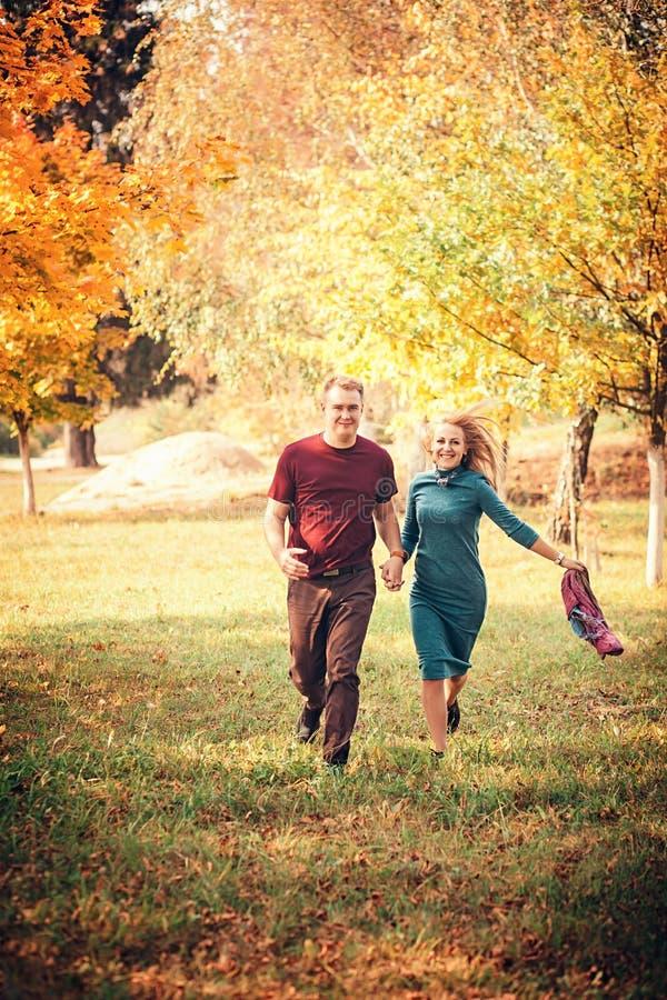 Förälskad spring för par till och med en parkera fotografering för bildbyråer