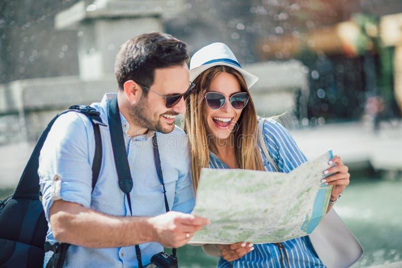 Förälskad tyckande om stadssight för turist- par royaltyfria bilder