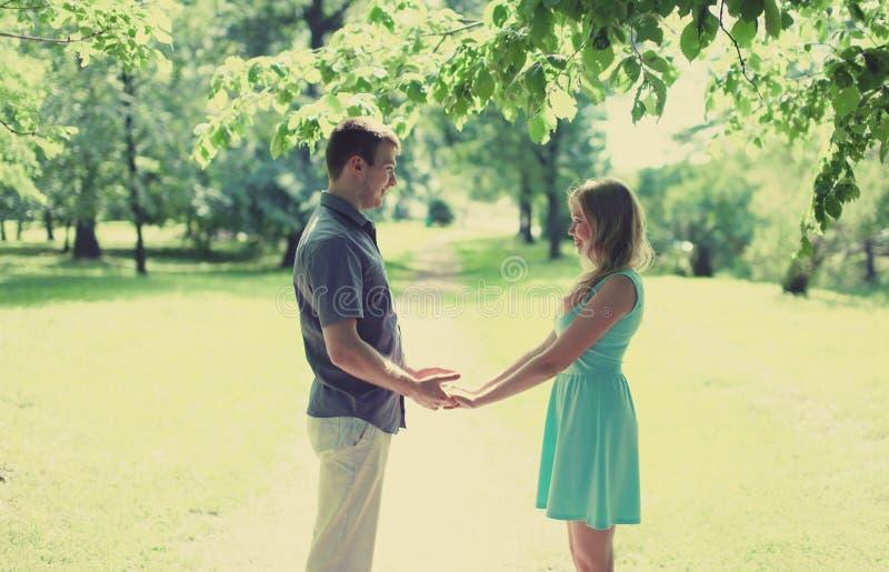 Förälskade älskvärda lyckliga par, datum, förhållanden som gifta sig royaltyfri fotografi