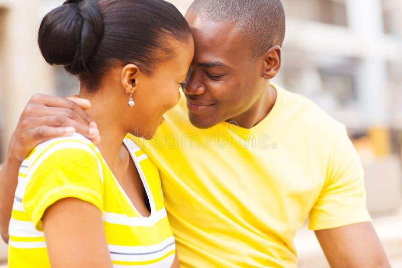 Förälskade afrikanska par royaltyfria foton