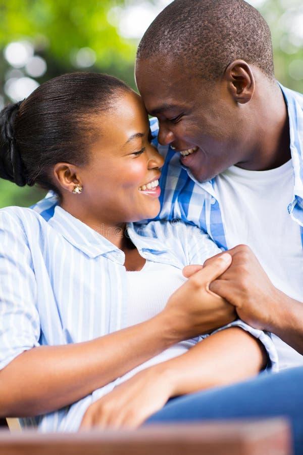 Förälskade afrikanska par arkivfoton