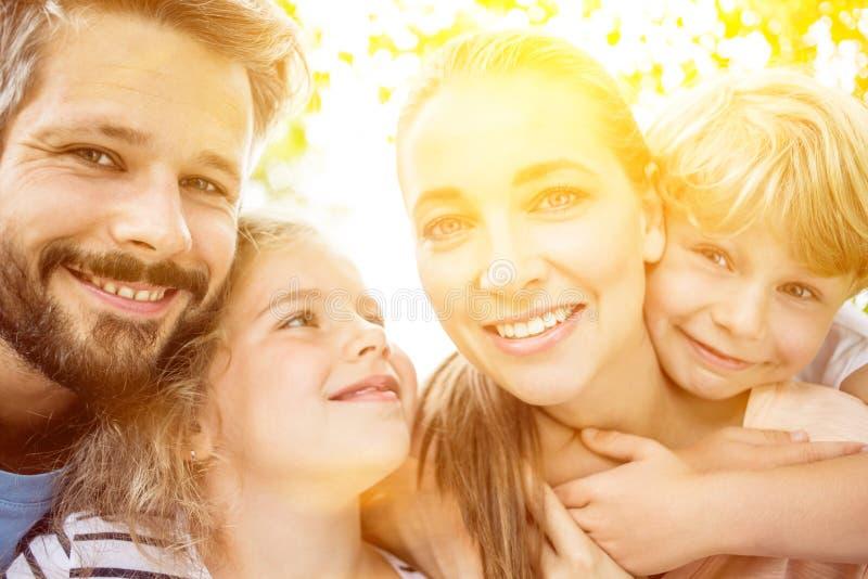 Förälskade familj och ungar arkivfoto