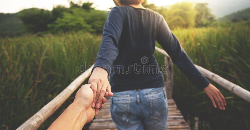 Förälskade hållande händer för unga par tillsammans arkivbilder