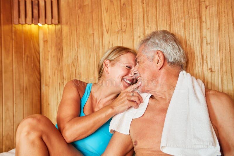 Förälskade höga par i bastun fotografering för bildbyråer