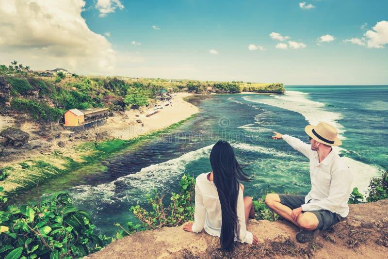 Förälskade lyckliga älska par tycker om bröllopsresa på den tropiska stranden på bakgrundsnaturlandskap royaltyfria bilder