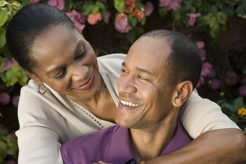 Förälskade lyckliga par royaltyfri foto
