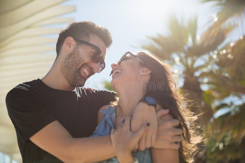 Förälskade lyckliga par kela tillsammans att skratta royaltyfri fotografi