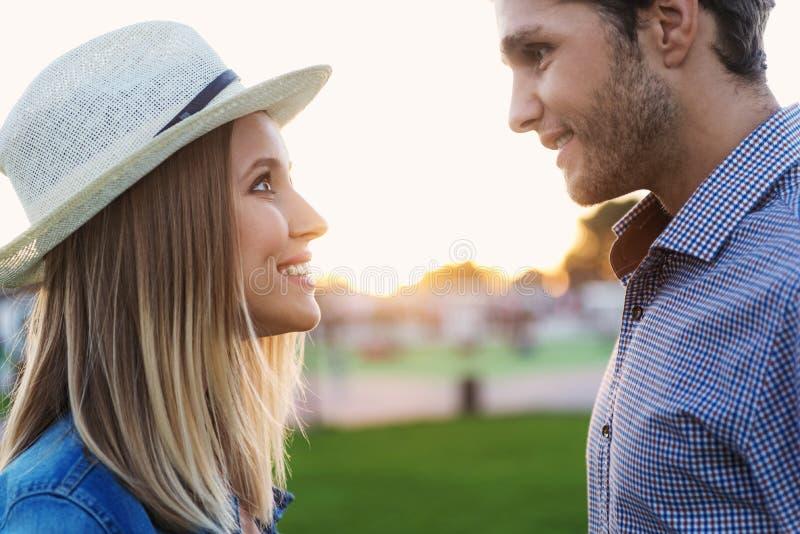 Förälskade man och kvinna royaltyfria bilder