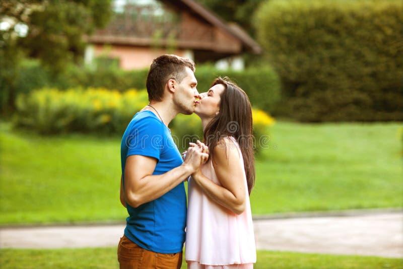 Förälskade par är lyckliga om att köpa ett nytt hem, familjbegrepp fotografering för bildbyråer