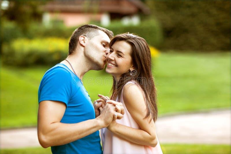 Förälskade par är lyckliga om att köpa ett nytt hem, familjbegrepp arkivfoto
