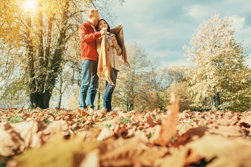 Förälskade par har en romantisk tid i höst att parkera royaltyfri bild