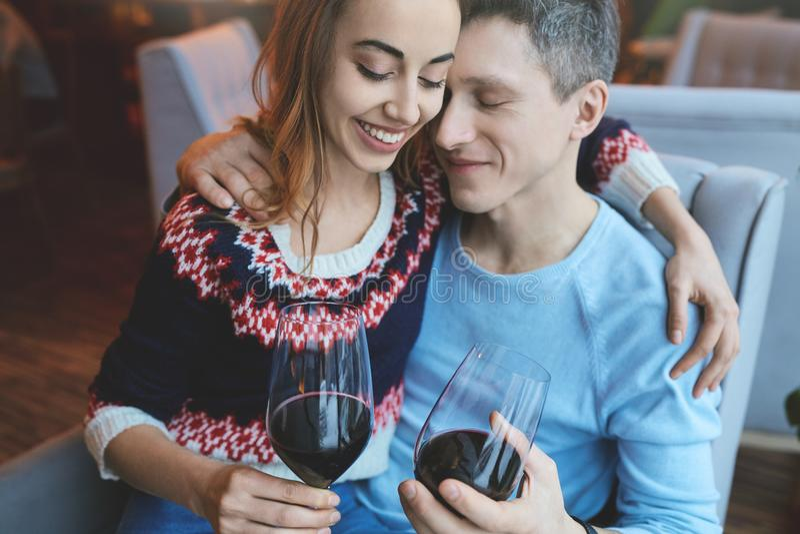 Förälskade par på ett datum i kafé i valentindag royaltyfri fotografi