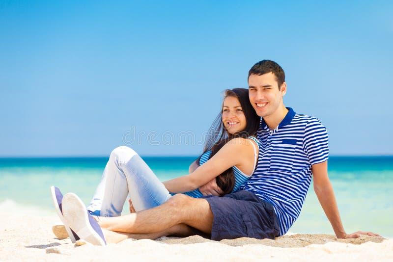 förälskade par på havsstranden royaltyfri fotografi