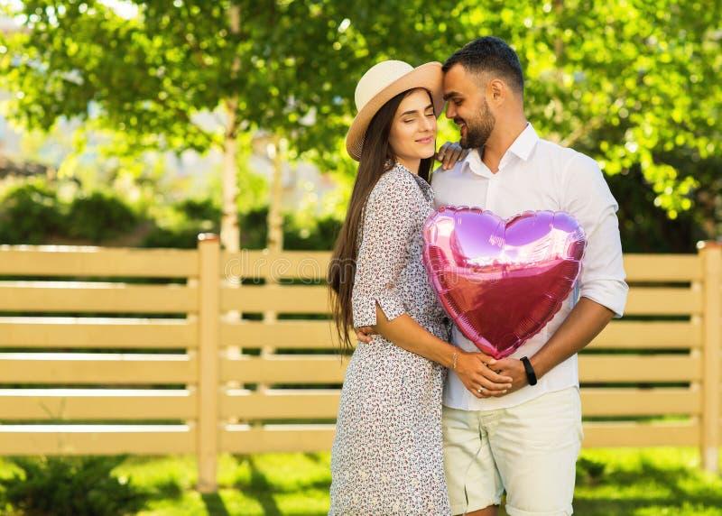 Förälskade par parkerar in, amerikansk stil arkivfoton