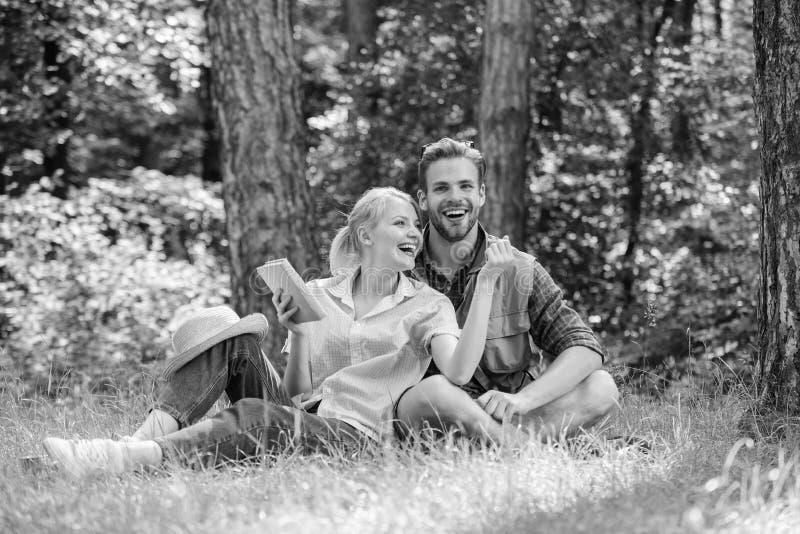 Förälskade par spenderar fritid parkerar in, eller tycker om romantiska parstudenter för skog fritid som ser observera uppåt natu fotografering för bildbyråer