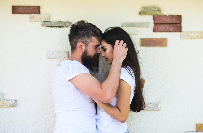 Förälskade par tycker sig om det romantiska datumet Uppsökt och flickakramar eller kel man Mjuk kram förbunden förälskelse royaltyfri fotografi