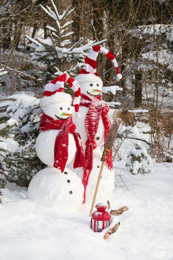 Förälskade snögubbepar - utomhus- garnering för jul med snö royaltyfri foto