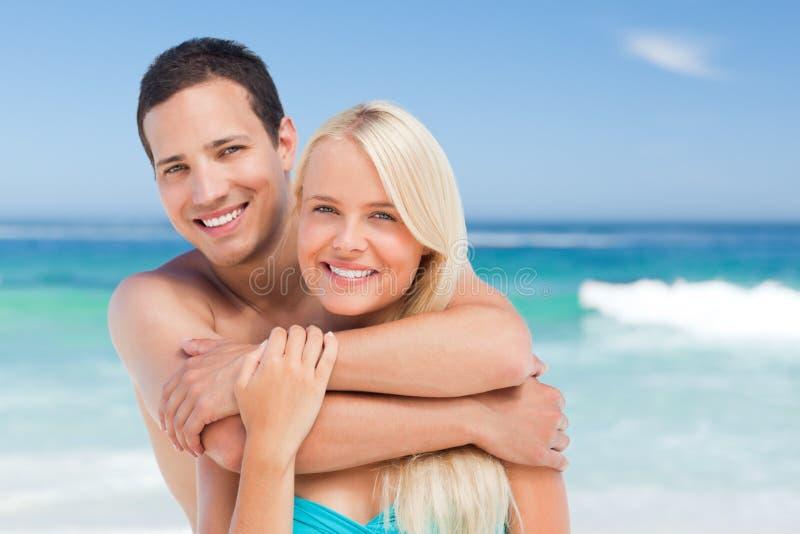 förälskade strandpar royaltyfri bild