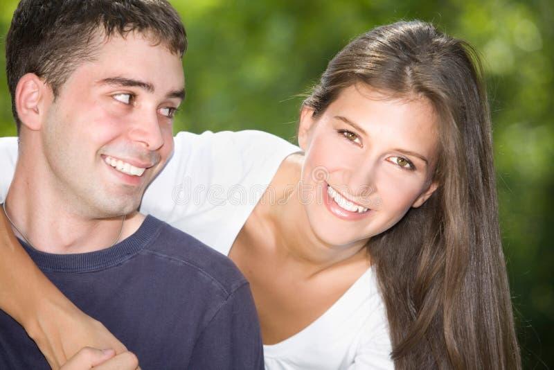 Förälskade tonårs- par royaltyfri fotografi