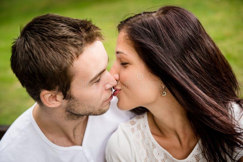 Förälskade unga kyssande par royaltyfri foto