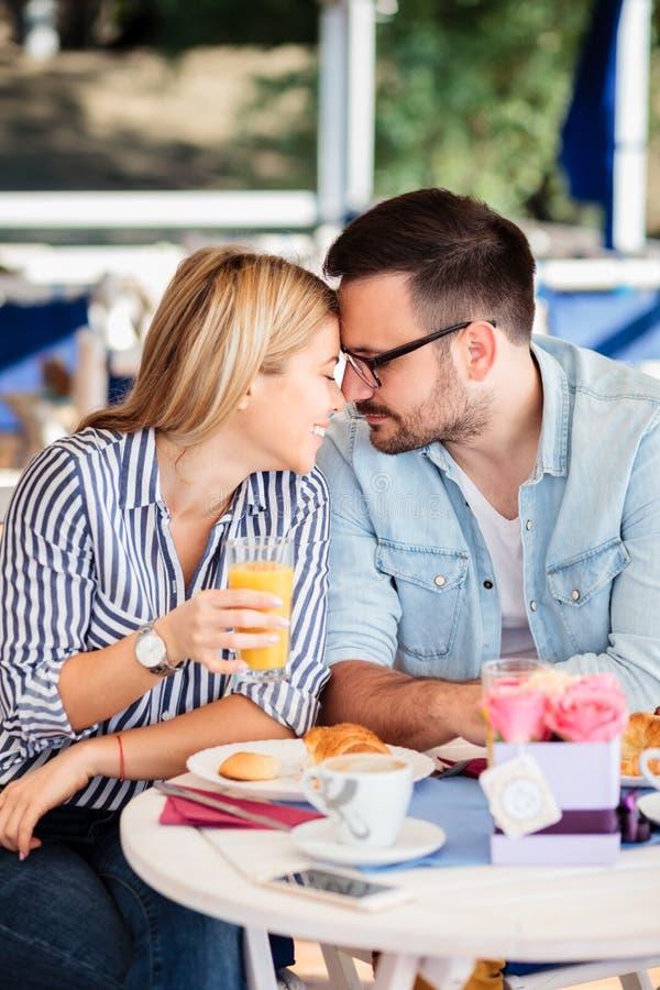 Förälskade unga par och ömt att trycka på med pannor royaltyfri bild