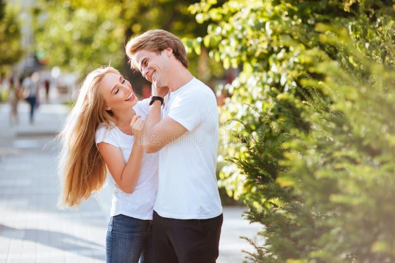 Förälskade unga par och att krama på gatan royaltyfria bilder