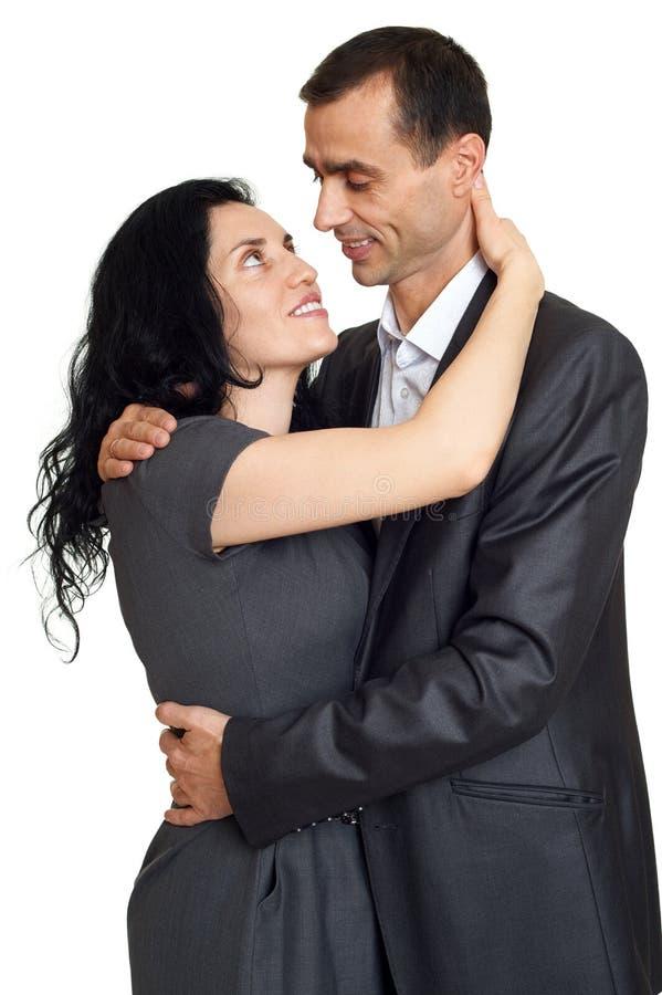 Förälskade unga vuxna par, romantisk härlig kvinna och stilig man som isoleras på vit bakgrund royaltyfri bild