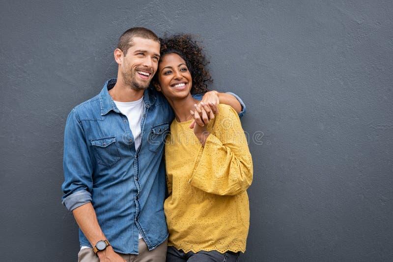 Förälskat anseende för multietniska par och rymmahänder arkivbilder